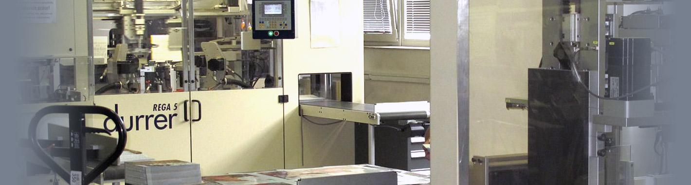 Fotografie automatického stroje na výsek hmatníků