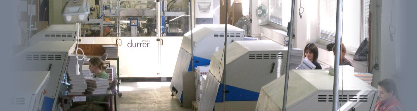 Fotografie různých strojů pro vysekávání hmatníků